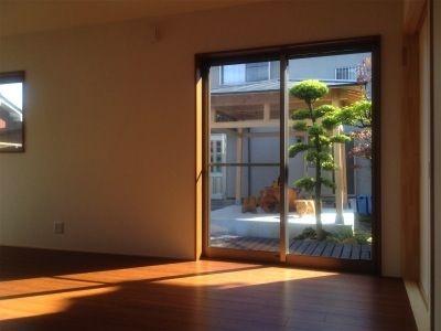 庭の東屋を眺める家。画像04