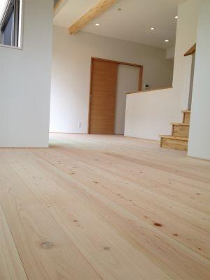 地元の木材とくつろぐ家画像04