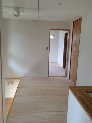地元の木材とくつろぐ家画像06