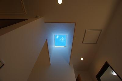 天窓から青空をながめる家画像06